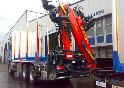 LKW Nutzfahrzeug im Kurzholzaufbau mit Kran von Grimm und Partner Fahrzeugbau