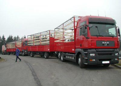 LKW Nutzfahrzeug mit Anhänger im offenen Pritschenaufbau von Grimm und Partner Fahrzeugbau