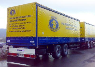 LKW Nutzfahrzeug mit Anhänger im geschlossenen Pritschenaufbau von Grimm und Partner Fahrzeugbau
