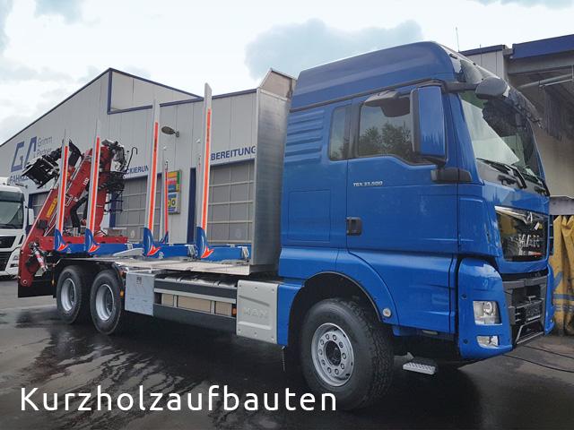 LKW Nutzfahrzeug im Kurzholzaufbau mit Ladekran von Grimm und Partner Fahrzeugbau Suhl