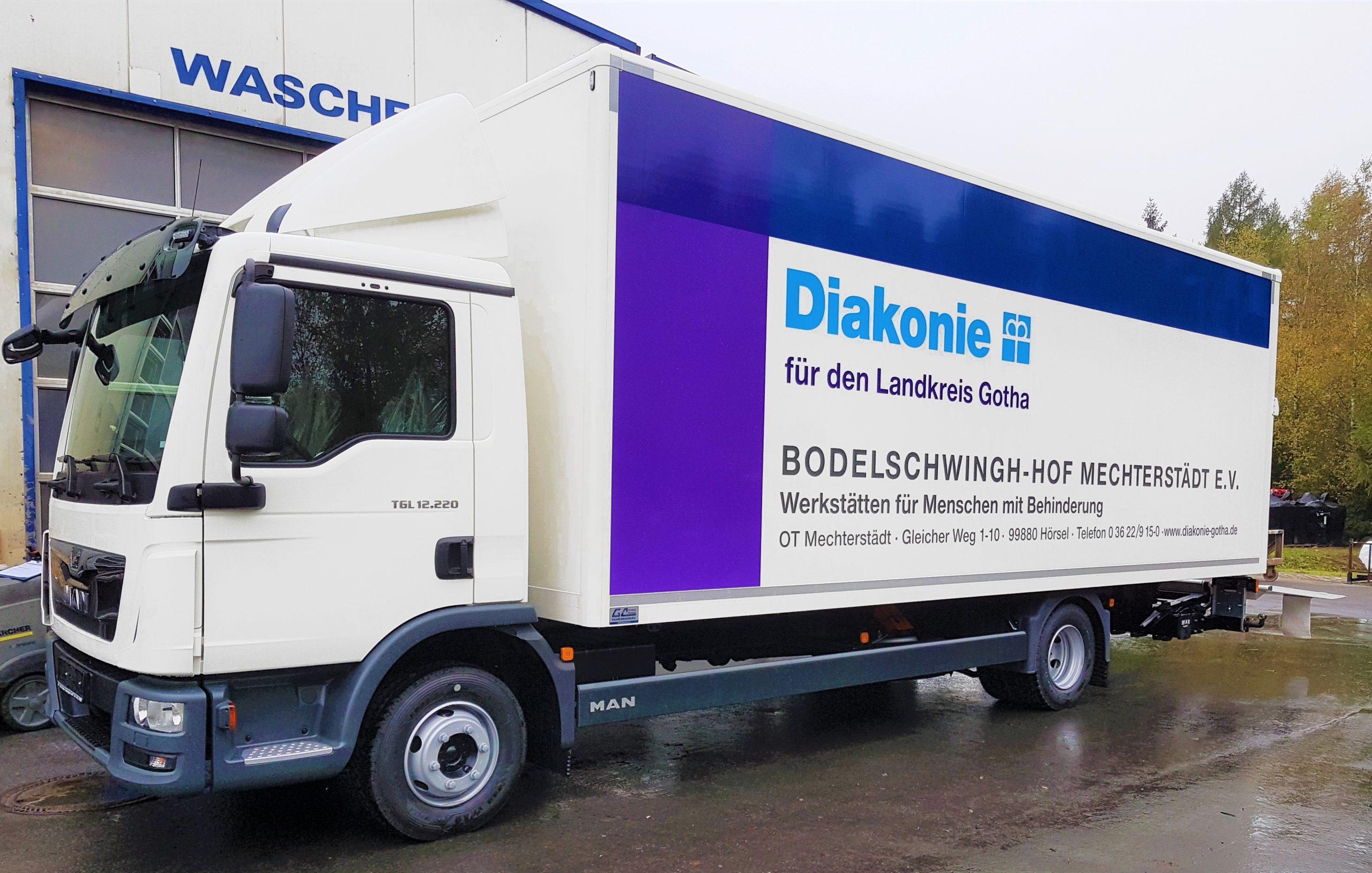 LKW Kofferaufbau mit Aluwood-Koffer von Grimm und Partner Fahrzeugbau